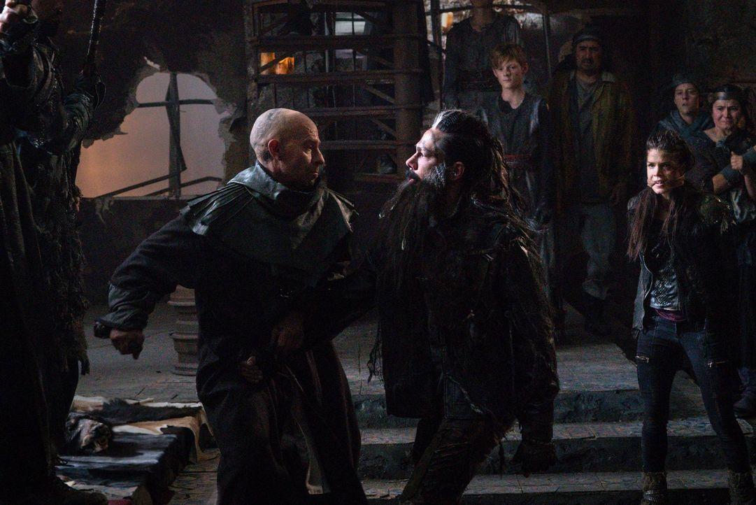 Titus (Neil Sandilands, l.) muss den rachsüchtigen Semet (Zak Santiago, M.) in seine Schranken weisen, nachdem Octavia (Marie Avgeropoulos, r.) und... - Bildquelle: 2014 Warner Brothers