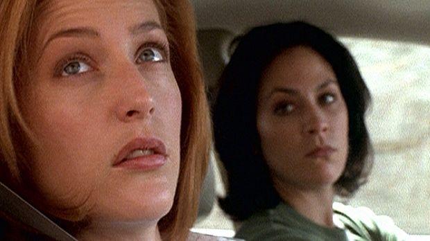 Die werdende Mutter, Scully (Gillian Anderson, l.), hat nicht nur Reyes (Anna...