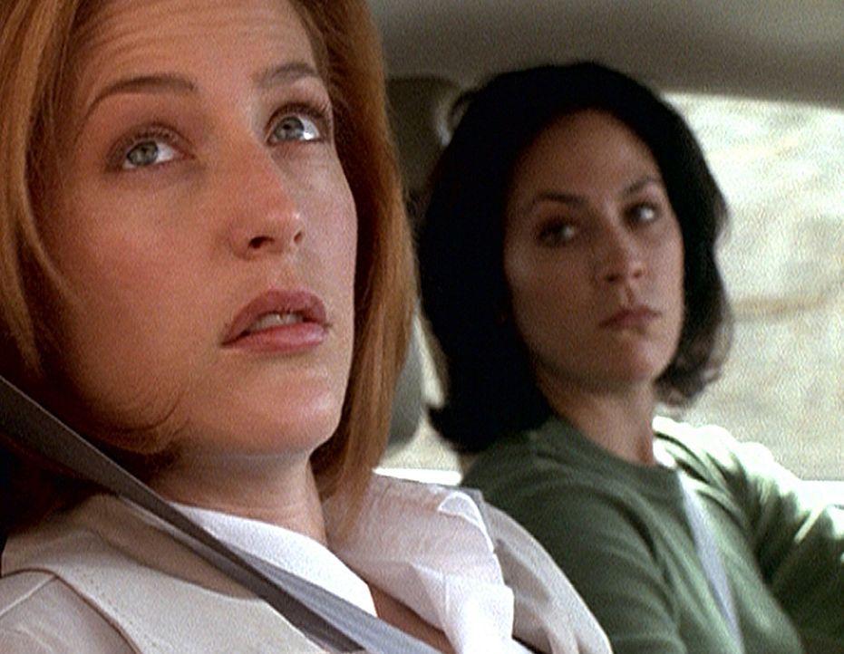 Die werdende Mutter, Scully (Gillian Anderson, l.), hat nicht nur Reyes (Annabeth Gish) als große Unterstützung, sondern auch eine zufällig anwesend... - Bildquelle: TM +   2000 Twentieth Century Fox Film Corporation. All Rights Reserved.