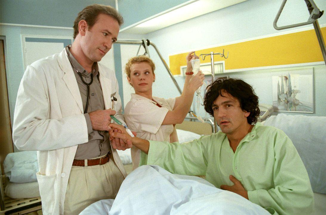 Patient Albert (Henry Arnold, r.) erwacht nach einer harmlosen Blinddarmoperation aus der Narkose und hält sich für einen Überlebenden des Zeppelina... - Bildquelle: Noreen Flynn Sat.1