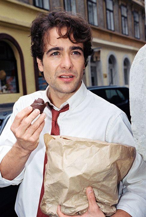 Marc (Alexander Pschill) ist schon neugierig auf seine neue Kollegin. - Bildquelle: Ali Schafler Sat.1
