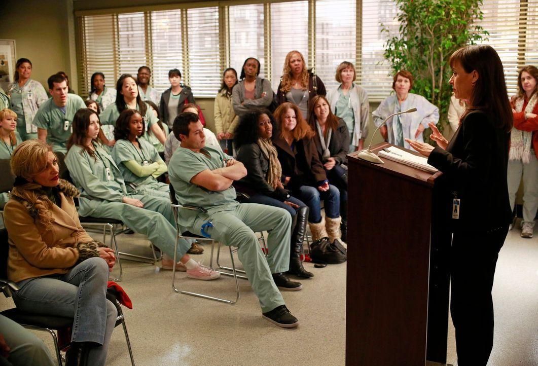 Dr. Alana Cahill (Constance Zimmer, r.), die Buchhalterin des Seattle Grace Hospitals, erklärt der Belegschaft erste Veränderungen in ihrem Arbeitsa... - Bildquelle: ABC Studios