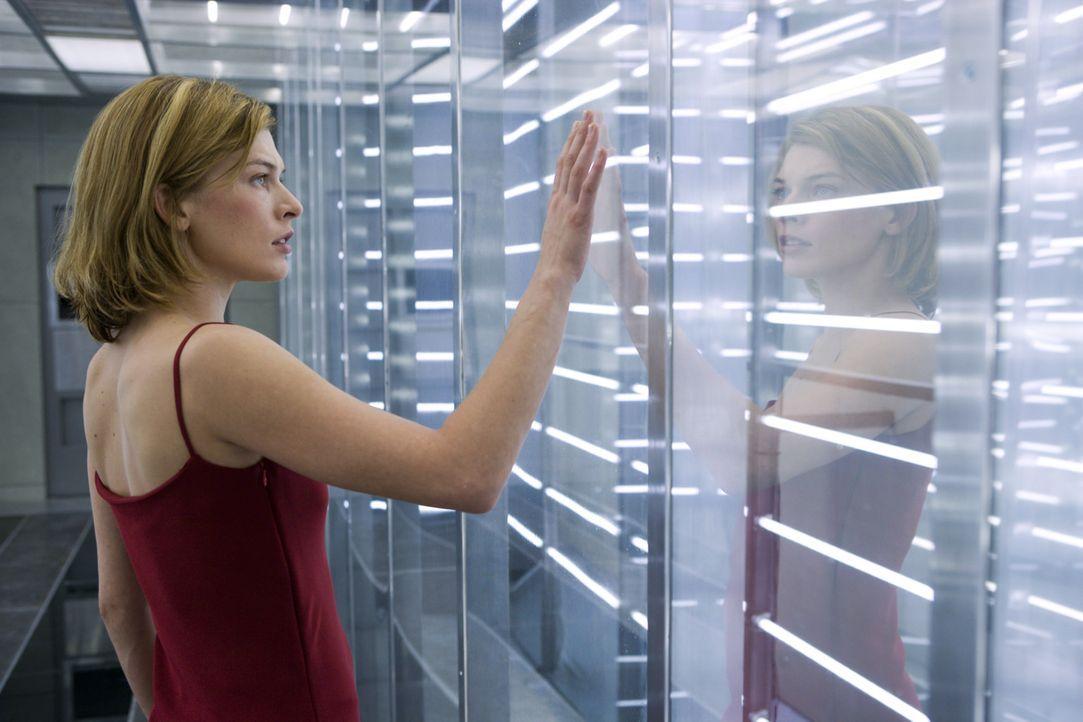 Zahlreiche Klone von Alice (Milla Jovovich) machen ihr das Leben schwer, denn sie weiß nicht mehr, welchem von diesem sie noch trauen kann ... - Bildquelle: Constantin Film