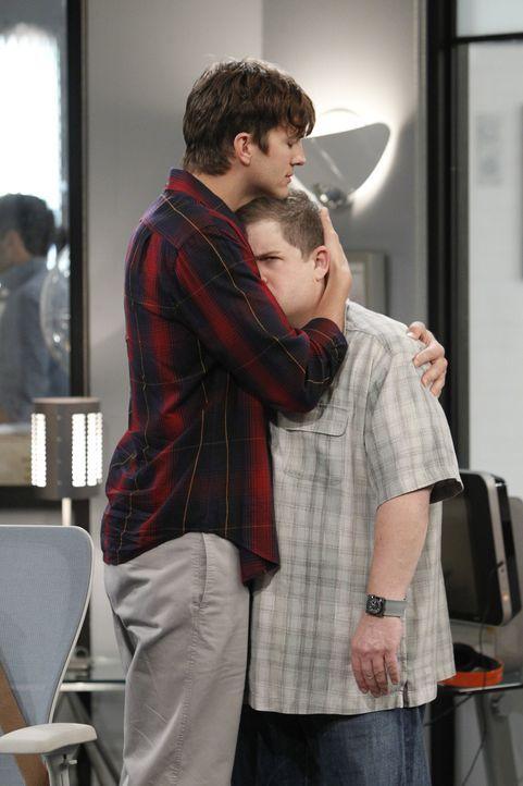 Frauen machen ihnen das Leben schwer: Walden (Ashton Kutcher, l.) und Billy (Patton Oswalt, r.) ... - Bildquelle: Warner Bros. Television