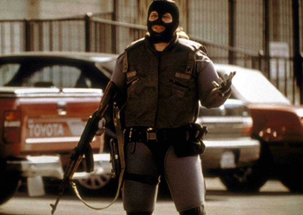 Fallon (Travis Tritt), ein Gangster, der ein Juweliergeschäft ausgeraubt hat, provoziert Steve zum tödlichen Fangschuss. - Bildquelle: Viacom