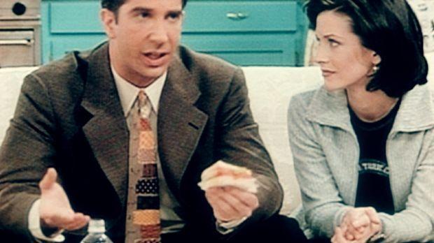Ross (David Schwimmer, l.) redet mit seiner Schwester Monica (Courteney Cox,...
