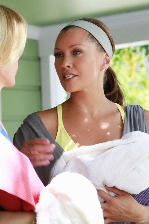 Haben einen Plan, wie sie Toms neue Freundin ausspähen können: Lynette (Felicity Huffman, l.) und Renee (Vanessa Williams, r.) ... - Bildquelle: ABC Studios