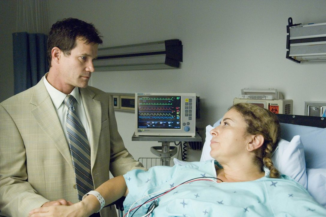 Sean (Dylan Walsh, l.) erfährt, dass er der ideale Spender für Liz (Roma Maffia, r.) wäre. Doch ihm behagt der Gedanke nicht, ein Organ zu verlie... - Bildquelle: TM and   2004 Warner Bros. Entertainment Inc. All Rights Reserved.