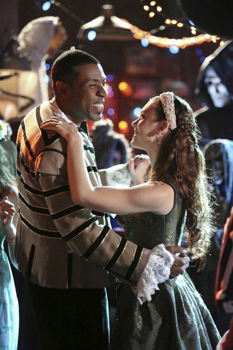 Es steht ein Abend bevor, von dem sich Lavon (Cress Williams, l.) und Annabeth (Kaitlyn Black, r.) ganz unterschiedliche Dinge erhoffen ... - Bildquelle: Warner Bros.