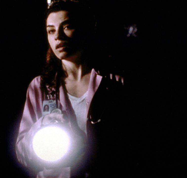 Carol (Julianna Margulies) versucht, auch während des Stromausfalls den Überblick zu behalten. - Bildquelle: TM+  2000 WARNER BROS.