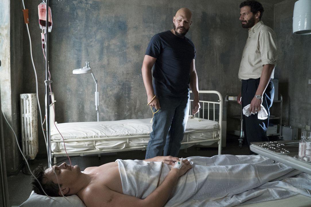 Quinn (Rupert Friend, l.) wird von dem syrischen Arzt Hussein (Mehdi Nebbou, r.) aufgenommen und verarztet. Doch in dessen Unterkunft sind auch ande... - Bildquelle: Stephan Rabold 2015 Showtime Networks, Inc., a CBS Company. All rights reserved.