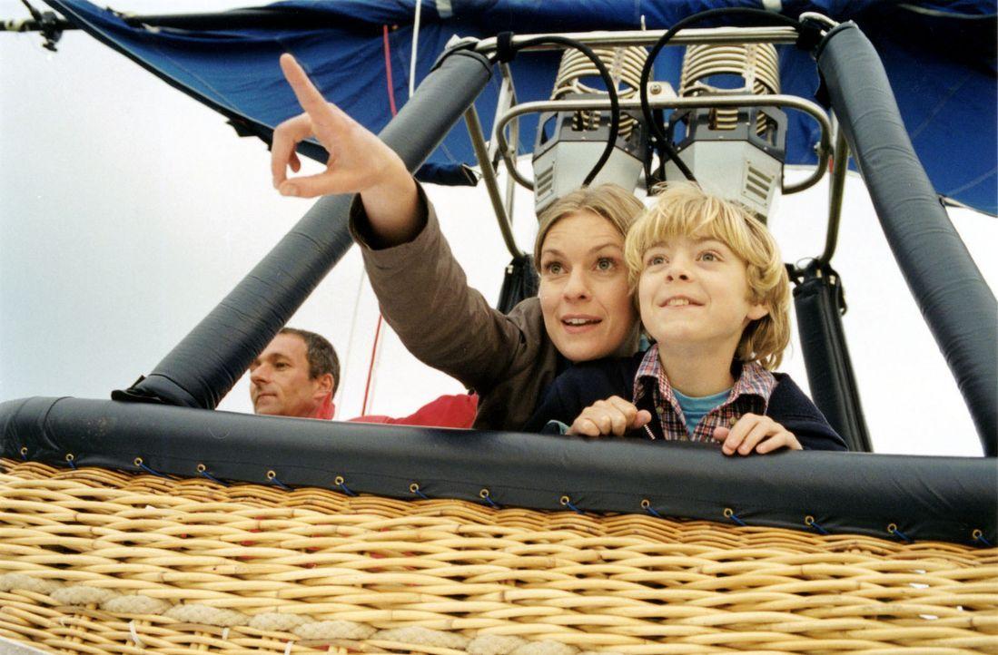Kate (Lisa Martinek, l.) und ihr Sohn Samuel (Clemens Jakubetz, r.) machen eine Ballonfahrt. - Bildquelle: Louis Jean Heydt Sat.1