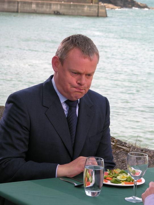 Als plötzlich viele Bewohner Portwenns erkranken, hat Doc Martin (Martin Clunes) natürlich sofort Berts neues Restaurant in Verdacht. Doch die Ursac... - Bildquelle: BUFFALO PICTURES/ITV