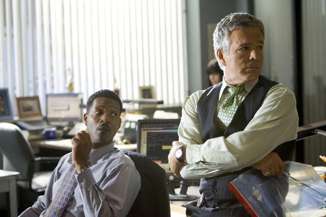 Können David (Corey Reynolds, l.) und Andy (Tony Denison, r.) die ins Büro zurückgekehrte Brenda bei ihren Ermittlungen zu der Terrorzelle unterstüt... - Bildquelle: Warner Brothers