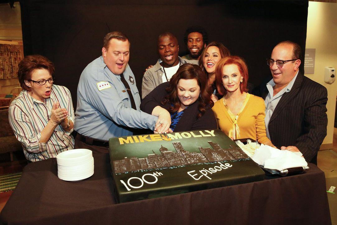 Das Team feiert die 100. Episode von Mike & Molly ... - Bildquelle: Warner Brothers