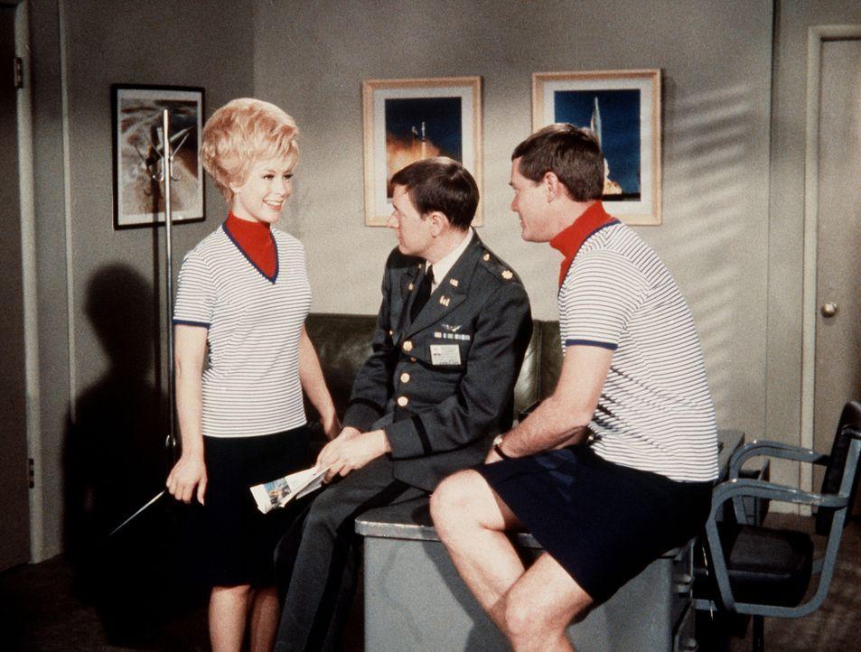 Jeannie (Barbara Eden, l.) sorgt nicht nur für das nötige Kleingeld für das Segelboot, das sich Tony (Larry Hagman, r.) und Roger (Bill Daily, M.) a... - Bildquelle: Columbia Pictures