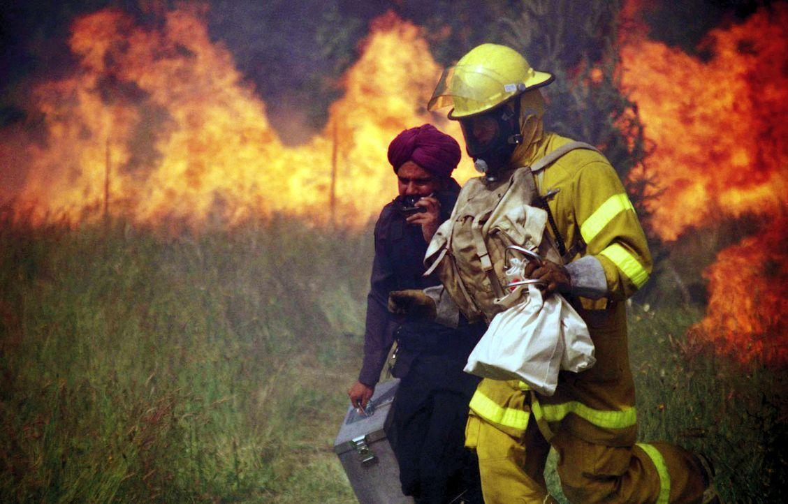 Um unbehelligt einen Geldtransporter überfallen zu können, legt Feuerwehrmann Jonas (Steve Bacic, r.) einen kleinen Brand. Doch innerhalb kürzest... - Bildquelle: New Concorde