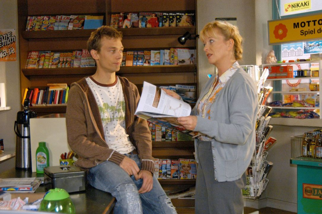 Helga (Ulrike Mai, r.) erzählt Jürgen (Oliver Bokern, l.) begeistert von ihrer geplanten Zukunft als Unternehmerin. - Bildquelle: Noreen Flynn Sat.1