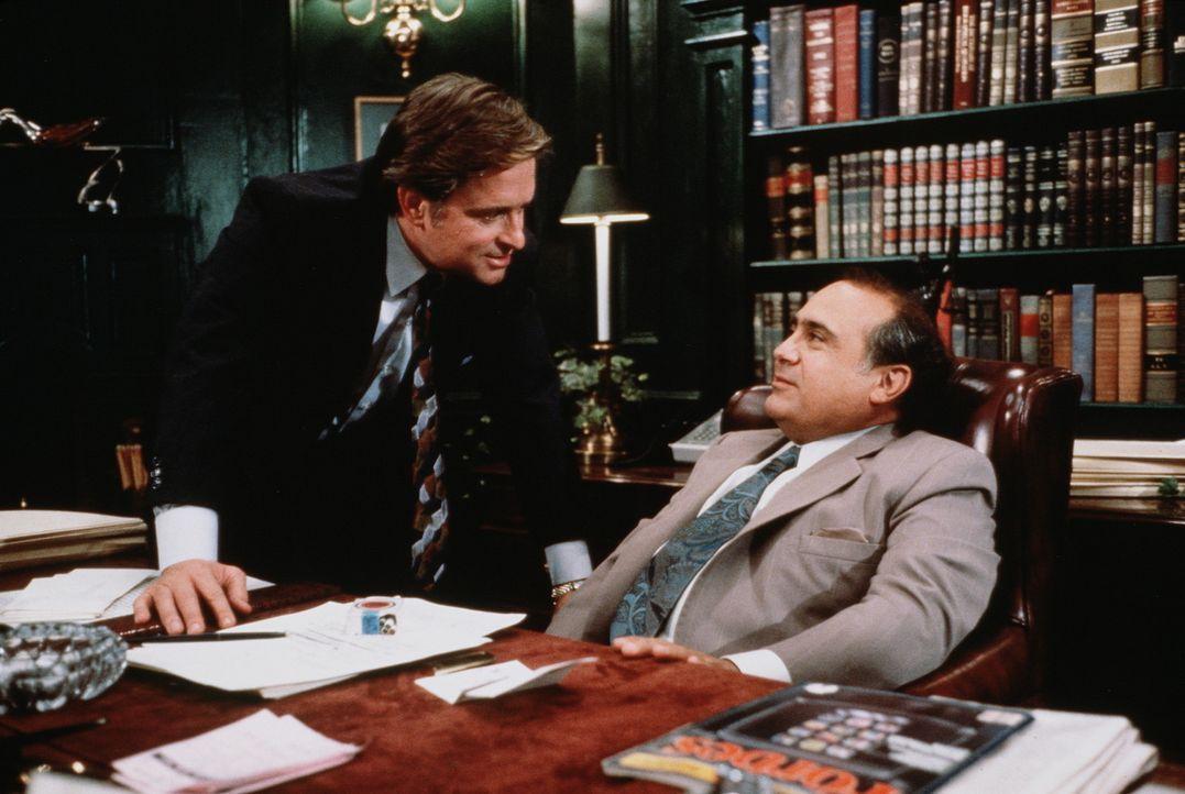 Oliver (Michael Douglas, l.) und sein Scheidungsanwalt Gavin (Danny DeVito, r.) bei einer Lagebesprechung ... - Bildquelle: 20th Century Fox Film Corporation