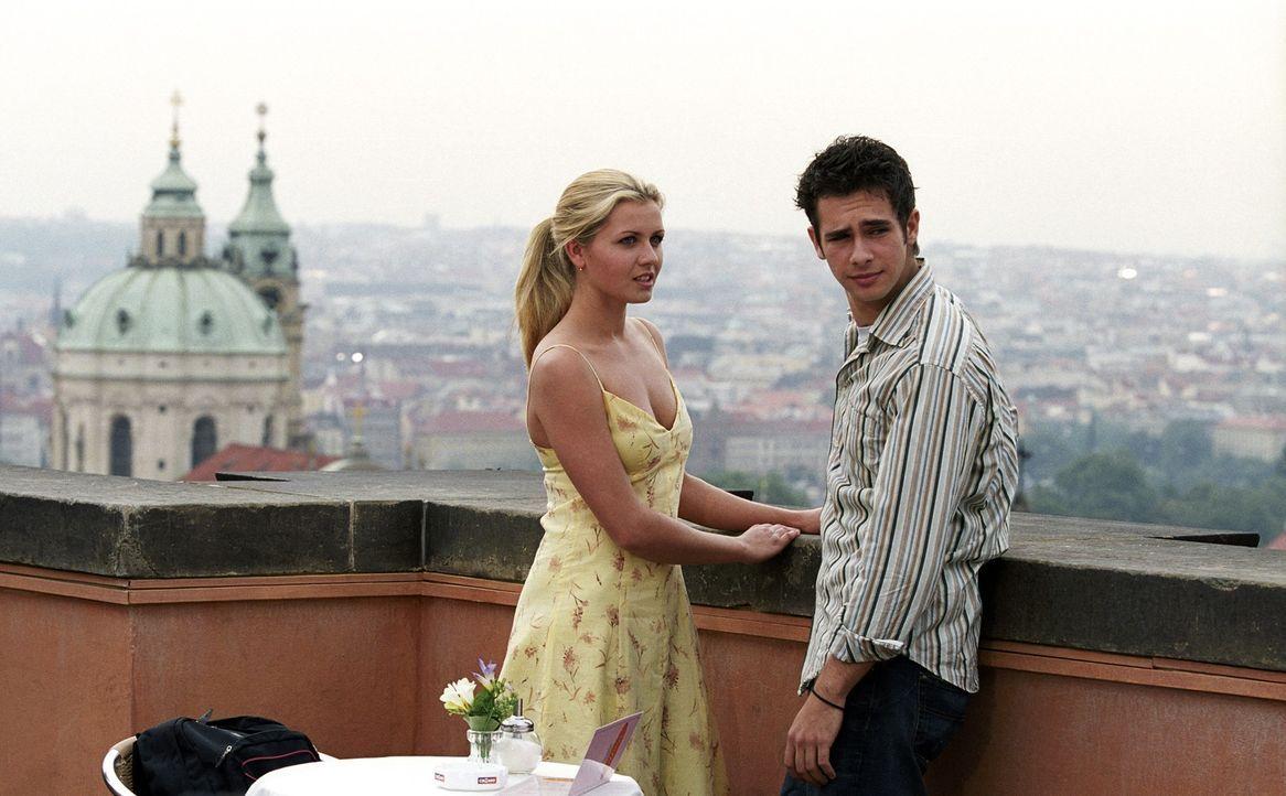 """Scott (Scott Mechlowicz, r.) hielt Mieke (Jessica Böhrs, l.), seine Briefbekanntschaft aus Berlin, immer für einen Kerl. Nachdem er """"ihn"""" schwer bel... - Bildquelle: DreamWorks Distribution LLC"""