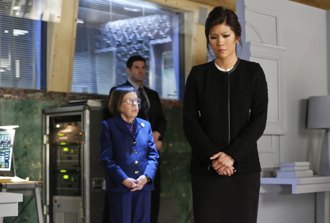 Nachdem U.S. Ambassador Nancy Kelly (Julie Chen, r.) einem Anschlag von Terroristen entkommen ist, beauftragt Hetty (Linda Hunt, l.) Callen und Sam... - Bildquelle: CBS Studios Inc. All Rights Reserved.