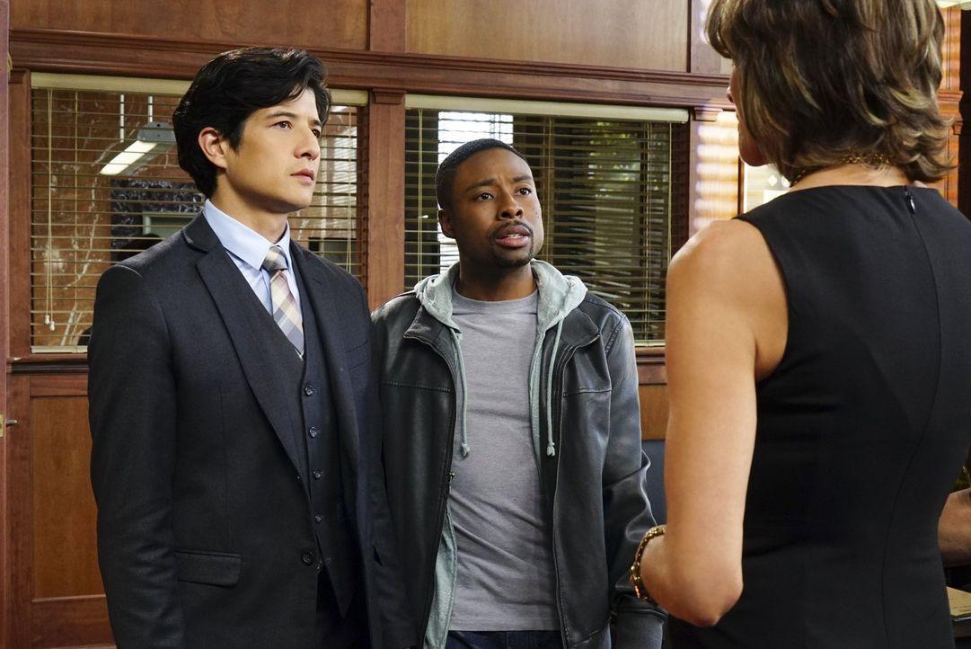 Carter (Justin Hires, M.) und Lee (Jon Foo, l.) sollen zusammenarbeiten, jedoch stehen die beiden aufgrund ihrer verschiedenen Ansichten und Ermittl... - Bildquelle: Warner Brothers