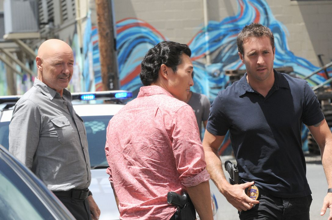 Ermitteln in einem neuen Fall: Steve (Alex O'Loughlin, r.), Chin (Daniel Dae Kim, M.) und Joe (Terry O'Quinn, l.) ... - Bildquelle: TM &   CBS Studios Inc. All Rights Reserved.
