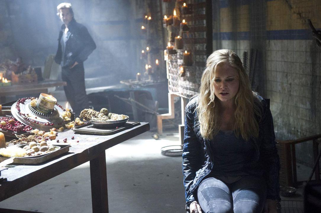 Während Kane (Henry Ian Cusick, l.) bewusst wird, dass auf der Erde ganz andere Machtverhältnisse gelten, erklärt Lexa Clarke (Eliza Taylor), was es... - Bildquelle: 2014 Warner Brothers