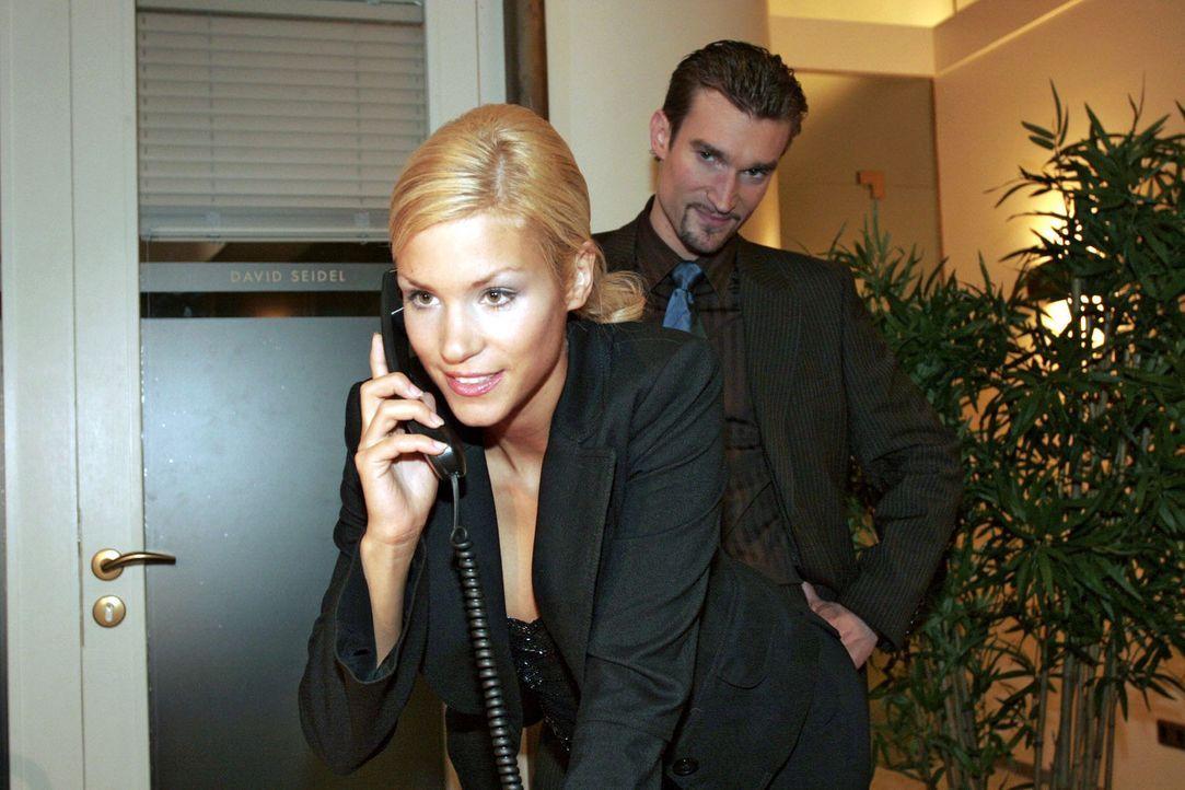 """Sabrina (Nina-Friederike Gnädig, l.) bekommt zufällig von Lisas geplanter """"B.STYLE""""-Präsentation Wind - sehr zum Wohlwollen von Richard (Karim K - Bildquelle: Noreen Flynn Sat.1"""