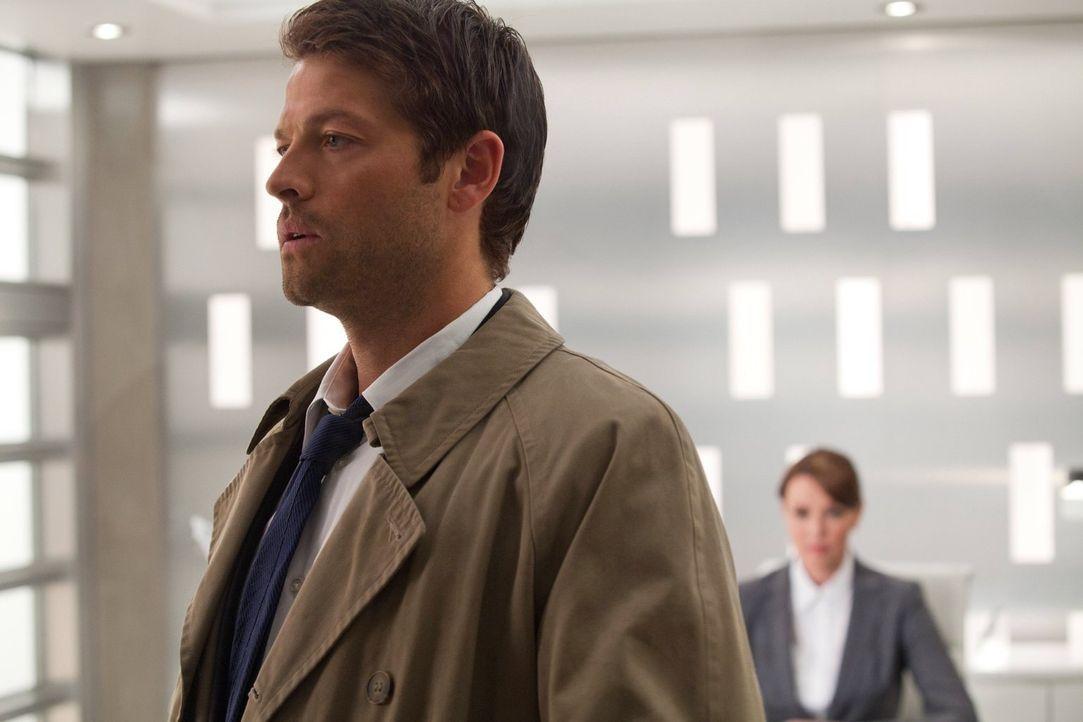 Cas (Misha Collins, l.) ist seinen Freunden gegenüber loyal und würde der fremden Naomi (Amanda Tapping, r.) niemals alles über Sam und Dean erzähle... - Bildquelle: Warner Bros. Television