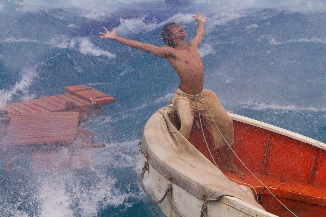 Als alles verloren scheint, peitscht ein Orkan Pi (Suraj Sharma) und seinen Tiger Richard Parker an das Ufer eines wundersamen Eilands voller Überra... - Bildquelle: 2012 Twentieth Century Fox Film Corporation. All rights reserved.
