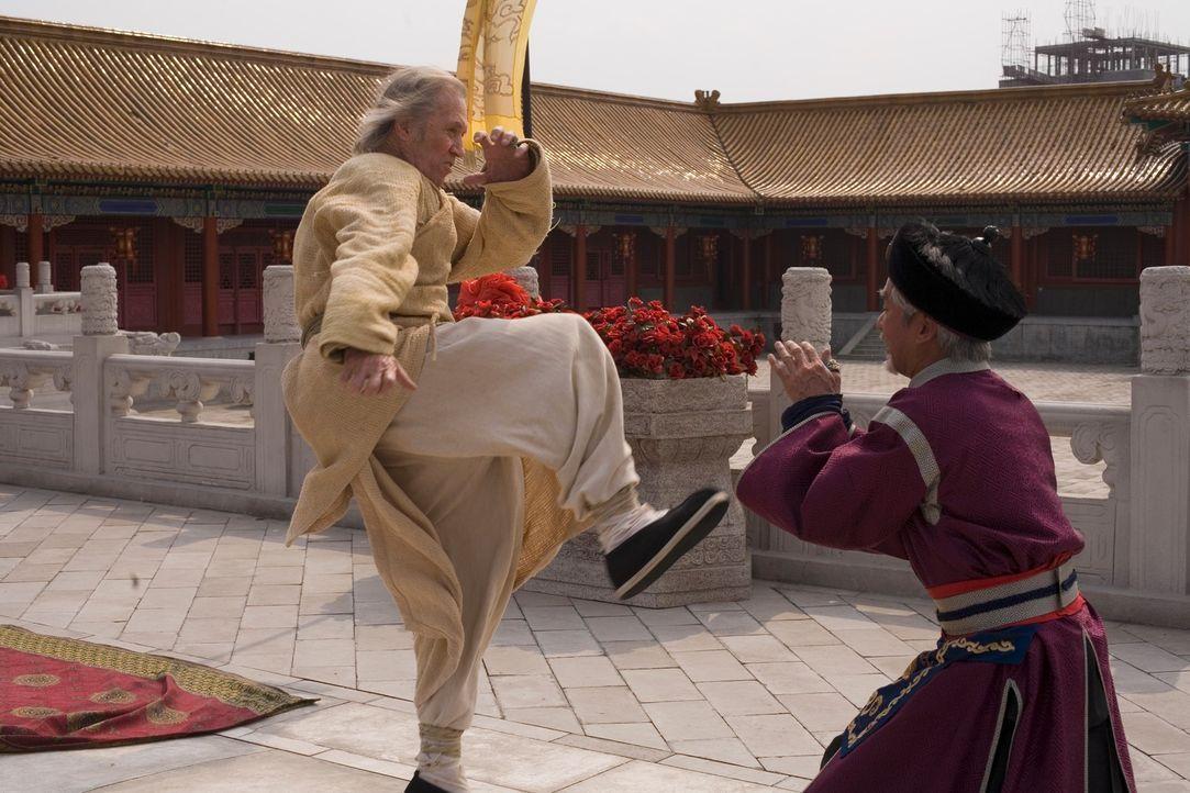 Zwischen Bird (David Carradine, l.) und Lord Shing (Eddy Ko, r.) entbrennt ein Kampf auf Leben und Tod ... - Bildquelle: RHI Entertainment
