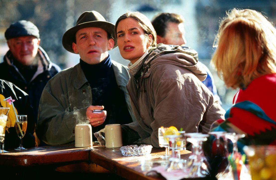 Eigentlich wollte Stockinger (Karl Markovics, 2.v.l.) bloß ein paar ruhige Urlaubstage mit seiner Frau Karin (Anja Schiller, M.) in den Bergen verbr... - Bildquelle: Huber Sat.1