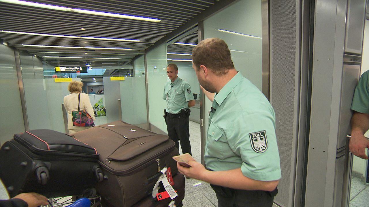 Flughafen Düsseldorf - Drehscheibe zur Welt. Michael Prybusch und Marcel Spreyer vom Zoll haben das Gepäck der ankommenden Passagiere im Visier. - Bildquelle: kabel eins