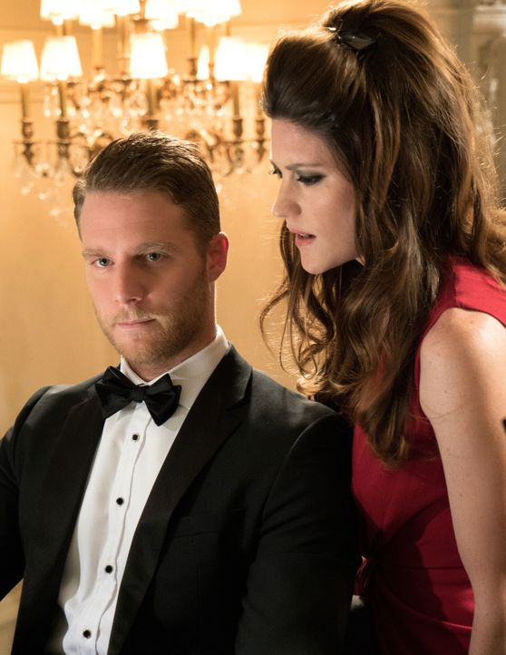 In seiner Phantasie sieht Brians (Jake McDorman, l.) Job beim FBI anders aus, als er wirklich ist: Rebecca (Jennifer Carpenter, r.) ... - Bildquelle: David M. Russell 2015 CBS Broadcasting, Inc. All Rights Reserved