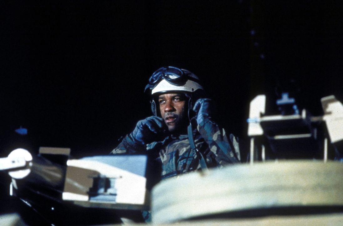 Bei einem nächtlichen Einsatz während des Golfkrieges gibt Leutnant Serling (Denzel Washington) einen verhängnisvollen Befehl ... - Bildquelle: Twentieth Century-Fox Film Corporation