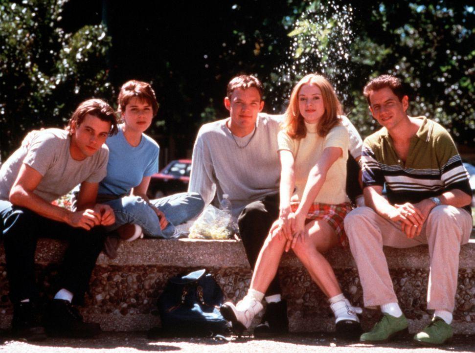 Noch ahnen Billy (Skeet Ulrich, l.), Sidney (Neve Campbell, 2.v.l.), Stuart (Matthew Lillard, M.), Tatum (Rose McGowan, 2.v.r.) und Randy (Jamie Ken... - Bildquelle: Dimension Films
