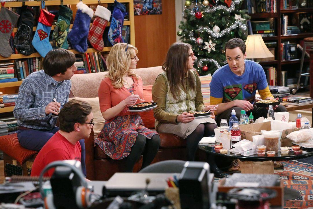 Ein Weihnachtsfest der besonderen Art wartet auf Bernadette (Melissa Rauch, M.), Howard (Simon Helberg, l.), Amy (Mayim Bialik, 2.v.r.), Sheldon (Ji... - Bildquelle: Warner Bros. Television