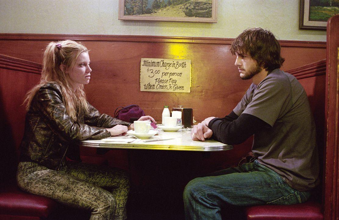 Als Evan (Ashton Kutcher, r.) seine Vergangenheit aufzuarbeiten versucht, besucht er seine Jugendfreundin Kayleigh (Amy Smart, l.), die mittlerweile... - Bildquelle: Warner Brothers