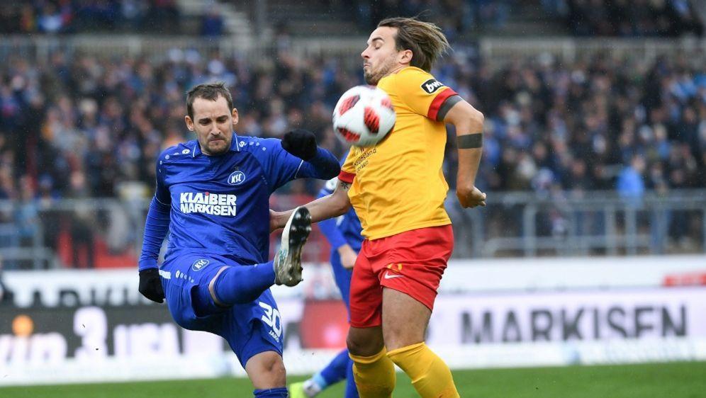 Anton Fink (l) bewahrt den KSC vor einer Niederlage - Bildquelle: FIROFIROSID