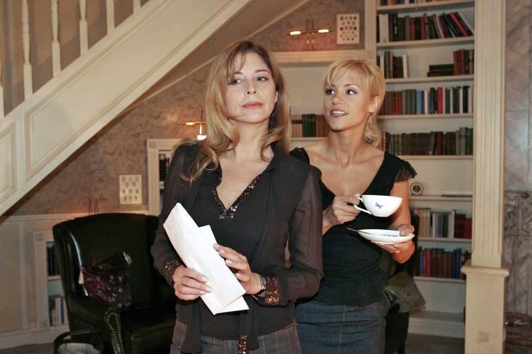 Laura (Olivia Pascal, l.) kann es nicht verhindern, dass Sabrina (Nina-Friederike Gnädig, r.) sich in ihr Training mit dem Fitness-Trainer einklinke... - Bildquelle: Noreen Flynn Sat.1