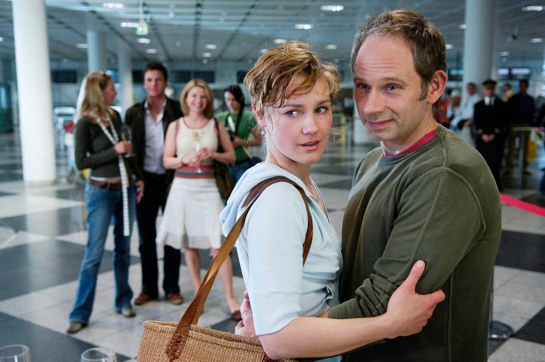 Der Tag des Abschieds ist da: Um ihre Ehe zu retten, nehmen Valerie (Rhea Harder, l.) und Frieder (Michael Lott, r.) das Angebot aus Neuseeland an ... - Bildquelle: Marco Nagel ProSieben