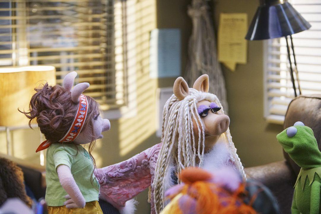 Kermit (r.) bekommt Probleme mit Denise (l.), als er eine Verabredung verplant und derweil mit Miss Piggy (M.) für die Show arbeitet. Kann er das wi... - Bildquelle: Andrea McCallin ABC Studios