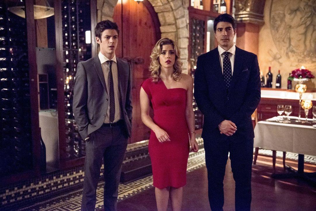 Bereits bei ihrem Eintreffen im Restaurant wird Barry (Grant Gustin, l.), Felicity (Emily Bett Rickards,M.) und Ray (Brandon Routh, r.) bewusst, das... - Bildquelle: Warner Brothers.