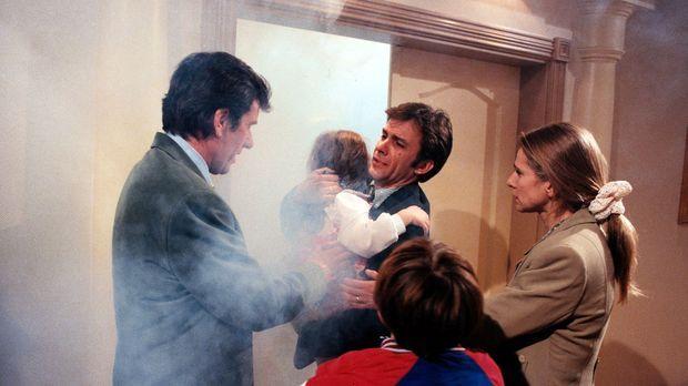 Der kleine Mario (Kevin Braasch, vorne) hat Michael Stern (Paul Frielinghaus,...