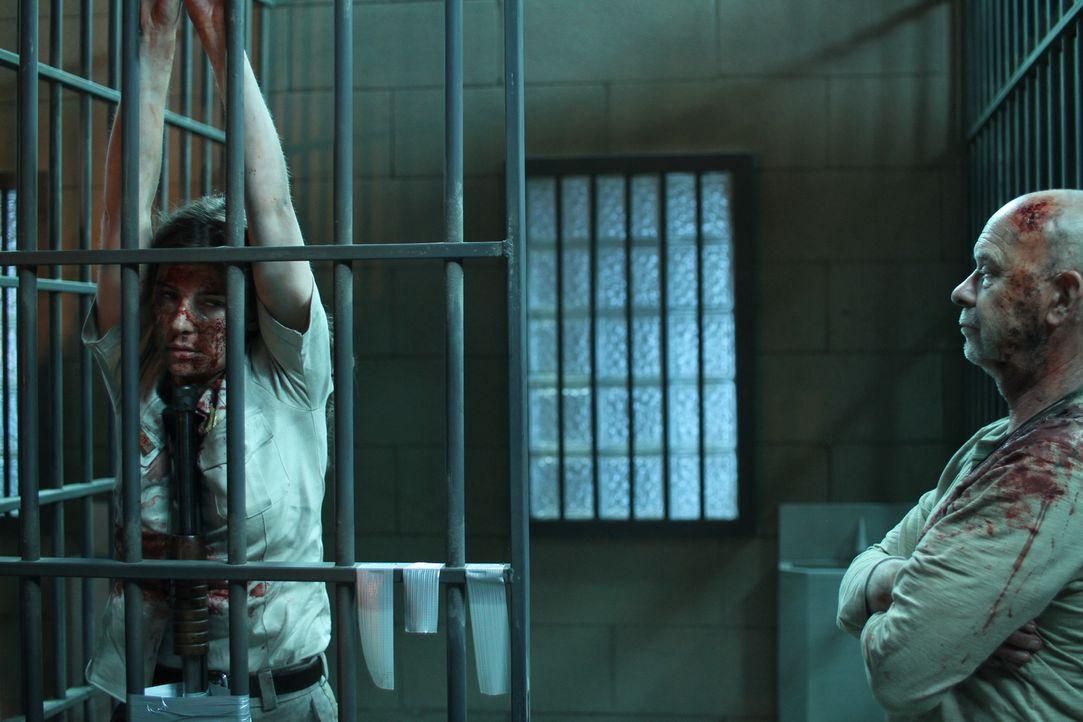 Unglücklicherweise gerät Sheriff Angela Carter (Camilla Arfwedson, l.) in die Hände des hemmungslosen Mörders Maynard (Doug Bradley, r.), der sich e... - Bildquelle: Constantin Film Verleih GmbH