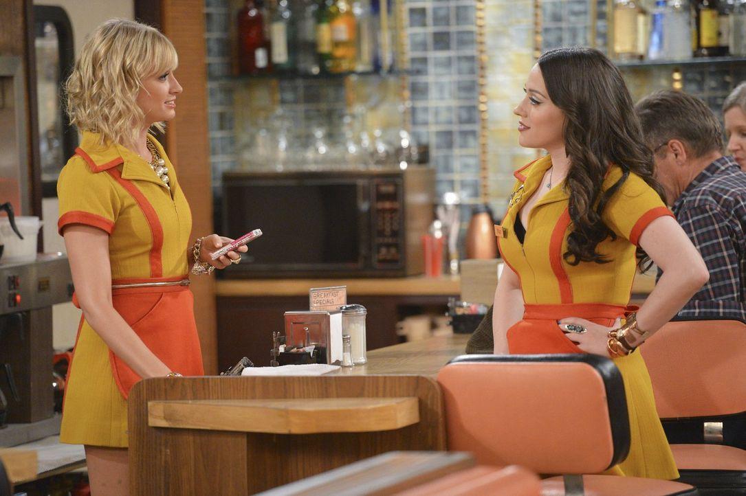 Noch scheint bei Caroline (Beth Behrs, l.) und Max (Kat Dennings, r.), alles im grünen Bereich zu sein ... - Bildquelle: Warner Bros. Television