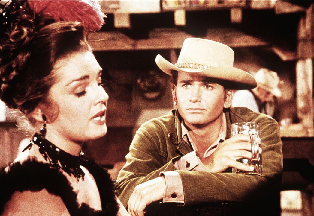 Little Joe Cartwright (Michael Landon, r.) flirtet mit der Saloondame Lorna (Luana Patten, l.). - Bildquelle: Paramount Pictures