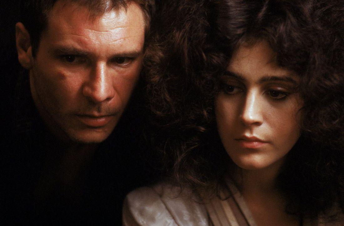 Als sich Replikantenjäger Rick Deckard (Harrison Ford, l.) in die schöne Replikantin Rachael (Sean Young, r.) verliebt, muss er sich entscheiden. - Bildquelle: Warner Bros.