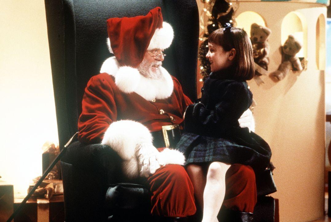 Die kleine Susan (Mara Wilson, r.) ist schnell von der wahren Identität des Kaufhaus-Weihnachtsmannes (Richard Attenborough, l.) überzeugt. Sie vert... - Bildquelle: 20th Century Fox